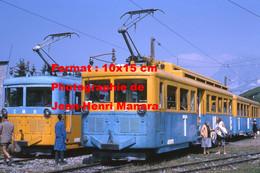 ReproductionPhotographie De Passagers Descendant De Deux Trains TMB En 1965 - Reproductions