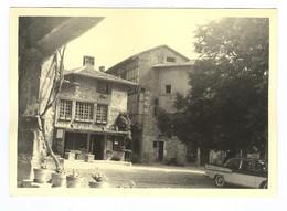 G1239 - PHOTOGRAPHIE - Pérouges - Musée ? Commerce ?  1960 - Voiture Ancienne, Simca Vedette Chambord - Luoghi