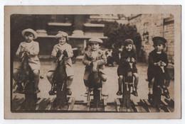 CARTE PHOTO : JOUETS EN BOIS - ENFANTS SUR DES CHEVAUX DE BOIS A BASCULE - PARC D' ATTRACTION - ORIGINAL - 2 SCANS - - Giochi, Giocattoli