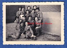 Photo Ancienne Snapshot - Caserne à Situer - Portrait De Jeune Fille Militaire - PFAT ? - Uniforme Insigne Béret Soldat - Guerra, Militari