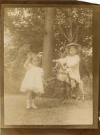 120221C - PHOTO ANCIENNE - JEU JOUET ANCIEN Tricycle Cheval Enfant Bebe Fillettes - Giocattoli Antichi