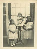 130221 - PHOTO 1913 - JEU JOUET ANCIEN Enfant Bebe POUPEE Fillettes Soeur Sellette - Giocattoli Antichi
