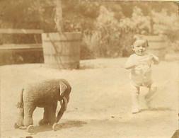 130221 - PHOTO ANCIENNE - JEU JOUET ANCIEN Enfant Bebe Elephant à Roulette - Giocattoli Antichi