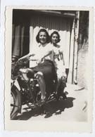 11125. Foto Vintage Donne Femme Su Moto Da Identificare Aa'40 Italia - Fotografia G. Legori - Soresina - 9,5x6,5 - Anonyme Personen