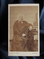 Photo CDV Richard à Nantes - Second Empire, Vieille Femme Avec Coiffe, Assise, Circa 1865 L360 - Anciennes (Av. 1900)