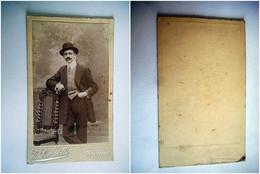 PHOTO CDV 19 EME HOMME ELEGANT CHAPEAU MODE   Cabinet CORNETTE  A BAPEAUME - Old (before 1900)