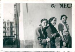 Photo Originale Jeunes Filles Gay Devant Garage De Mécanique - Pin-ups