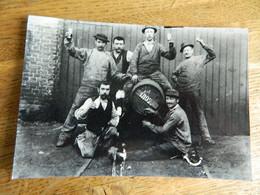 WASMES ?? BORINAGE:PHOTO 11X16 REPRO DES OUVRIERS DE L'ATELIER AVEC UN TONNEAU DE BIERE DE 1897 BUVANT UN COUP - Autres