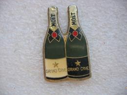 Pin's De 2 Bouteilles De Champagne Grands Crus De Chez MOET CHANDON - Beverages