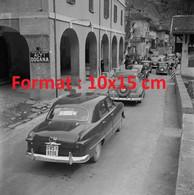 Reproduction Photographie Ancienne D'automobiles à La Douane Sur Le Route Du Simplon En Suisse 1950 - Riproduzioni