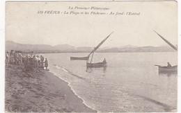 FREJUS: La Plage Et Les Pêcheurs - Au Fond: L'Estérel  (CPA  Carte Animée) - Frejus