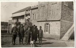 MILITAIRE 39/45 .ARMEES D'ORIENT . BEYROUTH. DEVANT LE FOYER DE L'AUMONIER AU CAMP - Liban