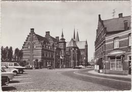 Neerpelt: SIMCA 1000, NSU PRINZ IV, CITROËN 2CV, FORD TRANSIT - Gemeentehuis En St.-Niklaaskerk - (Belgique/Belgie) - Passenger Cars