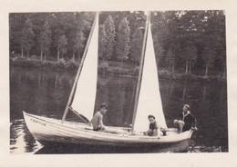 Photo Originale : Bateau : Scouts - Garçons Dans Un Petit Voilier - Tortue : Torse Nu : 9cm X 6,5cm - Boten