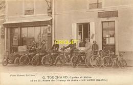 72 Le Lude, Magasin Cycles Et Motos Touchard, Animée Avec Le Personnel, Vieux Tacot... - Otros Municipios
