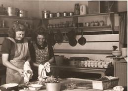 Valkenburg Persfoto Vrouwen In Keuken KE848 - Valkenburg