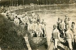 Carte Photo D'une Section De Soldats Francais Du Génie Avec Leurs Gilet De Sauvetage Posant Dans Leurs Barque - Guerra, Militares