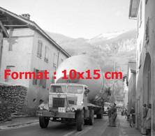 Reproduction Photographie Ancienne D'un Camion Transportant Une Cuve Pour La Raffinerie De Collombey En Suisse En 1961 - Reproducciones