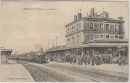 D27 - SERQUIGNY - LA GARE - Nombreuses Personnes - Train Devant La Gare - Serquigny