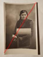 """Photo Vintage. Original. La Fille Et Le Journal """"samedi"""". Lettonie D'avant-guerre - Objetos"""