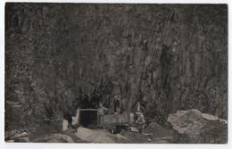 CARTE PHOTO : MINEURS AU BORD D' UNE CARRIERE - MINE - WAGONNET POUR TRANSPORT DE MINERAI ET DE ROCHES - 2 SCANS - - Mijnen