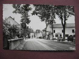 CPA PHOTO 25 ST SAINT VIT Entrée Du Village GARAGE RENAULT 1950 VOITURE POMPE ESSENCE - Sonstige Gemeinden