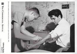 Photo D'Elvis Presley Par Robert William Octobre 1960: Medical Attention (prise De Sang) Collector Series (5 Of 11) - Beroemde Personen