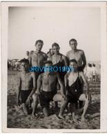 Photo Ancienne Jeunes Hommes En Maillot Mer Bain, 70x88mm - Personas Anónimos