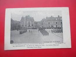SAINTE MENEHOULD   La Place De L'Hotel De Ville, La Caisse D'Epargne, L'Avenue Victor Hugo - Plan Militaires Tres Animé - Sainte-Menehould