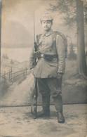 Carte-Photo : Portrait Militaire Allemand En Studio, Arme + Baionette, Casque à Pointe, N°250 - HEUBERG (BP) - Guerra, Militares