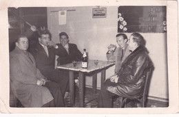 Personnes : Bar - à L'heure De L'apéritif - Bouteille De Vin : Pub Au Mur - L'heure Du BERGER - Pastis : - Anonyme Personen