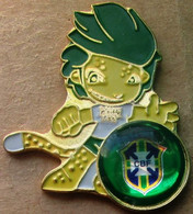 Pin FIFA 2010 Brazil Team + Official Mascot Zakumi - Calcio