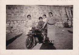 Foto Di Gruppo Di Persone Adiacente Moto D'epoca - Cm 11 X 8 Circa - Anonyme Personen