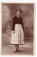 Portrait De Femme à La Jupe Brodée Et Coiffe : à Identifier (Photographe Quimper)(L85) - Fotografia