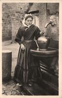 Plouescat * Jeune Femme Du Pays En Costume Et Coiffe * Coiffes Bretonnes * Fontaine - Plouescat