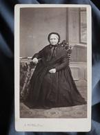 Photo CDV  Plubel à Epinal  Femme âgée Assise  Coiffe Et Châle  Sec. Empire  CA 1865-70 - L367 - Ancianas (antes De 1900)