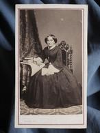 Photo CDV  Plubel à Epinal  Femme Assise  Livres  Sec. Empire  CA 1865 - L367 - Ancianas (antes De 1900)