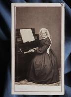 Photo CDV  Plubel à Epinal  Femme âgée Jouant Du Piano  Coiffe à Rubans  Sec. Empire  CA 1865 - L367 - Ancianas (antes De 1900)