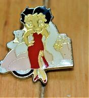 Rare Pin's Betty Boop Devant Voiture - Pin-ups
