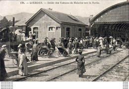 D65 LOURDES  Défilé Des Voitures De Malades Vers La Sortie ......... La Gare Avec Train - Lourdes