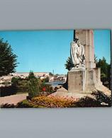 16 - Charente - Confolens - Cpm Le Jardin Vert Et Le Monument Aux Morts , En Arrière Plan Le C.E.S - Confolens