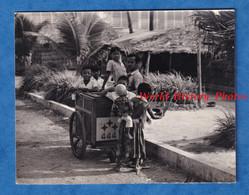 Photo Ancienne Snapshot - CAMBODGE / CAMBODIA - Portrait D'un Marchand Ambulant Et Enfant - Phnom Penh ? - Métier - Professions
