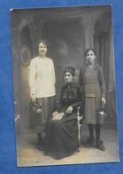 CPA 03 VICHY D' Erville Photographe Deux Jeunes Filles Et Une Femme Assise Avec Livre - - Vichy