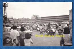Photo Ancienne Snapshot - CAMBODGE / CAMBODIA - Trafic Routier - Automobile & Moto - Phnom Penh ? - Enfant Ville Urbain - Cars