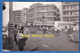Photo Ancienne Snapshot - CAMBODGE / CAMBODIA - Rue à Situer - Automobile & Moto - Phnom Penh ? - Fille Ville City - Cars