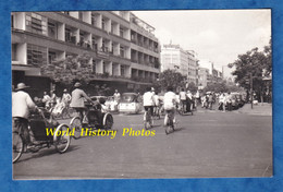 Photo Ancienne Snapshot - CAMBODGE / CAMBODIA - Rue à Situer - Tricycle & Moto - Phnom Penh ? - Immeuble Ville City - Cars