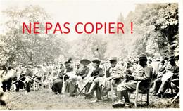 PHOTO FRANCAISE 322e RIT - POILUS ET CIVILS ASSISTANT A UN CONCERT A PLAILLY PRES DE SENLIS OISE 1915 - GUERRE 1914 1918 - 1914-18