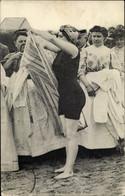 CPA Sortie De Bains, Frau Im Badeanzug, Bekleidete Frauen Am Strand - Zonder Classificatie