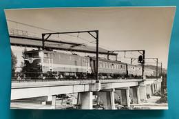 Locomotive SNCF BB 9200 Rouge Capitole - Photo Train Pas Capitole ! - Années 1970 - France Pont Voiture Restaurant CIWL - Trains