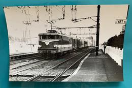 Locomotive SNCF BB 9278 Rouge Capitole - Photo Train Pas Capitole ! - 1973 - France Ivry Seine 94 Paris Gare BB9200 9200 - Trains